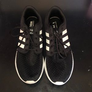 Black adidas tennis shoes size 9 1/2